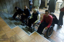 Три звезды против четырех ступенек. В Гомеле на семинаре для людей с инвалидностью в гостинице не нашлось пандуса