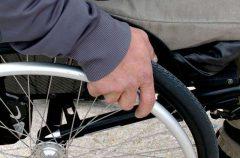 В Речице владелец веломагазина бесплатно меняет покрышки инвалидам-колясочникам