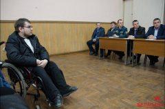 «Люди, опомнитесь!» В Гомеле соседи отказывают инвалиду в установке подъемника