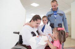 Пережить ранение в позвоночник — и стать мамой и чемпионкой. Белоруска в коляске родила четвертого ребенка