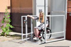 Благодаря установленному подъёмнику гомельчанка Симона Сусло сможет самостоятельно выйти из дома