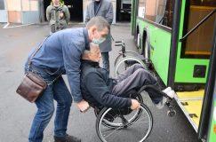 Как водителям автобусов помогать пассажирам на инвалидных колясках
